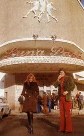 1974-monzon-y-susana-frente-a-las-puertas-del-luna